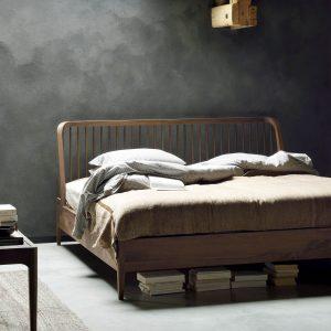posteľ, postel, masívna posteľ, moderná posteľ, drevená posteľ, posteľ z dreva, posteľ z masívu, spálňa, spanie, posteľ s čelom, posteľ na nožičkách, manželská posteľ, dvojposteľ, orechová posteľ