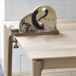 drevený jedálenský stôl, obdĺžnikový stôl, drevený, masívny stôl, dubovy stol, dubový stôl, masívna doska, stôl z masívneho dubu, masívny drevený stôl, moderný jedálenský stôl, jedálenský stôl do moderného interiéru, dizajnový drevený stôl