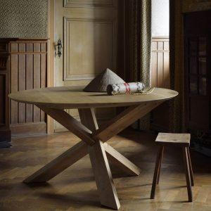 drevený jedálenský stôl, okrúhly stôl, drevený, masívny stôl, dubovy stol, dubový stôl, masívna doska, stôl z masívneho dubu, riadny masívny drevený stôl, moderný jedálenský stôl, jedálenský stôl do horského interiéru, stôl so stredovou nohou, dizajnový drevený stôl, stôl s drevenou stredovou podnožou, kruhový stôl