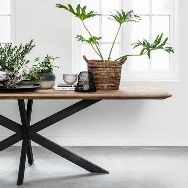 drevený jedálenský stôl, obdĺžnikový stôl, drevený, masívny stôl, teakový stol, teakový stôl, masívny doska, tíkový stôl, stôl z recyklovaného teaku, jedálenský stôl s kovovými nožičkami, jedálenský stôl s kovovou podnožou, riadny masívny drevený stôl, moderný jedálenský stôl, jedálenský stôl do horského interiéru, jedálenský stôl s lavicou, jedálenský stôl do veľkého priestoru, stôl so stredovou nohou, dizajnový drevený stôl, stôl s kovovou stredovou podnožou