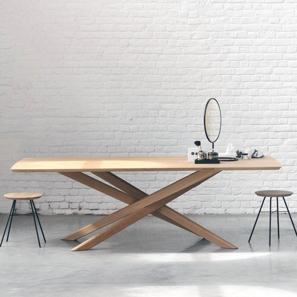 drevený jedálenský stôl, obdĺžnikový stôl, drevený, masívny stôl, dubovy stol, dubový stôl, masívna doska, tíkový stôl, stôl z masívneho dubu, riadny masívny drevený stôl, moderný jedálenský stôl, jedálenský stôl do horského interiéru, stôl so stredovou nohou, dizajnový drevený stôl, stôl s drevenou stredovou podnožou
