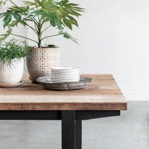 drevený jedálenský stôl, obdĺžnikový stôl, drevený, masívny stôl, teakový stol, teakový stôl, masívna doska, recyklovaný stôl, jedálenský stôl s kovovými nožičkami, jedálenský stôl s kovovou podnožou, riadny masívny drevený stôl, jedálenský stôl na chatu, jedálenský stôl do vinárne, jedálenský stôl do horského interiéru, jedálenský stôl s lavicou, jedálenský stôl do veľkého priestoru