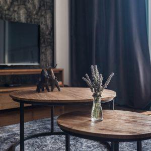 amandari konferenčný stolík fendy, set okrúhlych príručných drevených stolíkov so zasunutím, konferečný stolík, teakový konferečný stolík, masívny drevený konferečný stolík, stolík s masívnou drevenou doskou, drevený stolík so železnými nohami, stôl z recyklovaného teaku, nábytok s príbehom, moderný teakový stolík