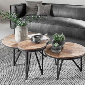 amandari konferenčný stolík odeon, okrúhly príručný drevený stolík, konferenčný stolík, teakový konferenčný stolík, masívny drevený konferenčný stolík, stolík s masívnou drevenou doskou, drevený stolík so železnými nohami, stôl z recyklovaného teaku, nábytok s príbehom, moderný teakový stolík