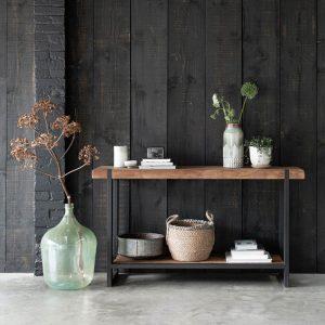 amandari konzolový stolík beam, konzola, úzky stolík do predsiene, stolík do predsiene, obdĺžnikový drevený stolík, teaková konzola, odkladací stolík, masívny drevený stolík, stolík s masívnou drevenou doskou, drevený stolík so železnými nohami, stôl z recyklovaného teaku, nábytok s príbehom, moderný teakový stolík, úzka komoda s odkladacou poličkou