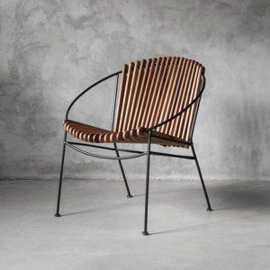 kreslo, fixné kreslo, kreslo s kovovou podnožou, nadčasové kreslo, kreslo do spálne, kreslo do predsiene, sedenie, drevené kreslo, moderné kreslo, dizajnové kreslo, solitérne kreslo, teakové kreslo, tíkové kreslo
