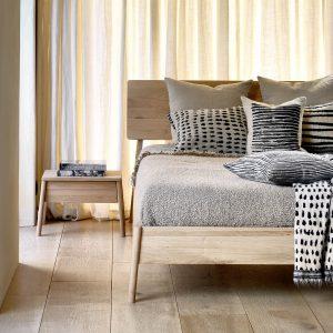 posteľ, postel, masívna posteľ, moderná posteľ, dubové posteľ, drevená posteľ, posteľ z dreva, posteľ z masívu, spálňa, spanie, posteľ s čelom, posteľ na nožičkách, manželská posteľ, dvojposteľ