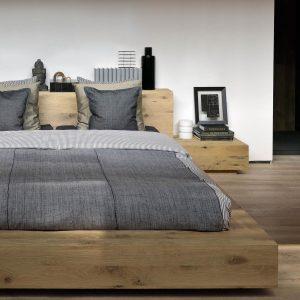 posteľ, postel, masívna posteľ, moderná posteľ, dubové posteľ, drevená posteľ, posteľ z dreva, posteľ z masívu, spálňa, spanie, posteľ s čelom, posteľ na nožičkách, manželská posteľ, dvojposteľ, teaková posteľ, teak