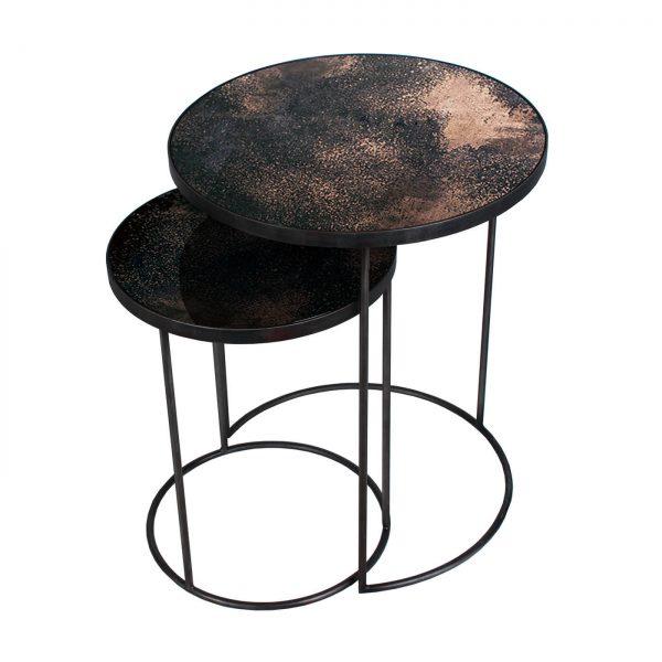 amandari príručné stolíky copper nesting, stolík ethnicraft, set okrúhlych príručných konferenčných stolíkov so zrkadlovým vzhľadom, staré zrkadlá, stolíky s patinovaným zrkadlovým efektom, konferečné stolíky, príručný stolík s kovovou podnožou, bronzový stolík, stolík sklenený medený, nadčasový stolík, set stolíkov so zasúvaním, set dvoch veľkostí stolíkov, vysoké stolíky