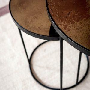 amandari príručné stolíky copper nesting, stolík ethnicraft, set okrúhlych príručných konferenčných stolíkov so zrkadlovým vzhľadom, staré zrkadlá, stolíky s patinovaným zrkadlovým efektom, konferečné stolíky, príručný stolík s kovovou podnožou, bronzový stolík, stolík sklenený medený, nadčasový stolík, set stolíkov so zasúvaním, set dvoch veľkostí stolíkov