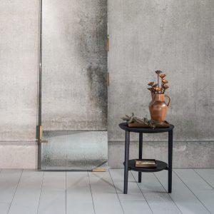 amandari príručný stolík bok čierny ethnicraft, tmavý drevený stolík, bočný stolík, príručný stolík, stolík s tromi nožičkami, čierny konferenčný stolík, stolík su kreslu, stolík k sedačke, stolík, dizajnový stolík, stolík trojnožka, okrúhly s drevenými nohami, okrúhly stolík, stôl z dubu, nízky stolík, stolík s odkladacou plochou, stolík s poličkou, moderný dubový stolík čierny, barový stolík