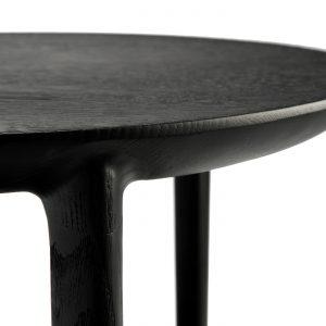 amandari príručný stolík bok čierny ethnicraft, tmavý drevený stolík, bočný stolík, príručný stolík, stolík s tromi nožičkami, čierny konferenčný stolík, stolík su kreslu, stolík k sedačke, stolík, dizajnový stolík, stolík trojnožka, okrúhly s drevenými nohami, okrúhly stolík, stôl z dubu, nízky stolík, stolík s odkladacou plochou, stolík s poličkou, moderný dubový stolík čierny