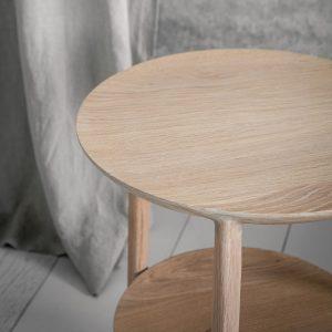 amandari príručný stolík bok dub ethnicraft, svetlý drevený stolík, bočný stolík, príručný stolík, stolík s tromi nožičkami, dubový konferenčný stolík, stolík su kreslu, stolík k sedačke, stolík, dizajnový stolík, stolík trojnožka, okrúhly s drevenými nohami, okrúhly stolík, stôl z dubu, nízky stolík, stolík s odkladacou plochou, stolík s poličkou, moderný dubový stolík