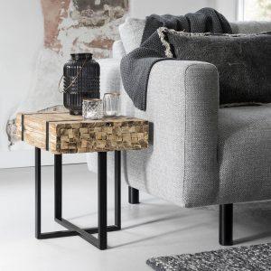 amandari príručný stolík bumper, príručný stolík, stolík must living, hnedý drevený stolík, bočný stolík, príručný stolík, teakový konferenčný stolík, stolík su kreslu, stolík, stolík k sedačke, stôl z recyklovaného teaku a kovu, nízky stolík, nábytok s príbehom, moderný teakový stolík