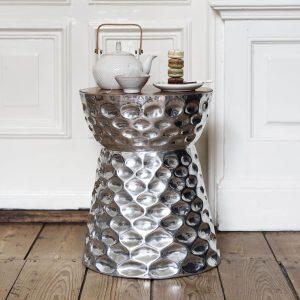 amandari príručný stolík king arthur, okrúhly príručný stolík, industriálny stolík, šedý stolík, bočný stolík, príručný stolík, strieborný konferenčný stolík, stolík su kreslu, stolík, stolík, tepaný kovový stolík s drevom, okrúhly stolík, stôl z recyklovaného teaku, nízky stolík, nábytok s príbehom, moderný kovový stolík s drevom, nočný stolík