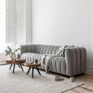 sedačka, gauč, sofa, látková zamatová sedačka, šedá sedačka, moderná sedačka, nadčasová sedačka, dizajnová sedačka, sedačka na nožičkách, prešívaná sedačka