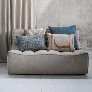 sedačka, modrá sedačka, nadčasová sedačka, pohodlnásedačka, komfortná sedačka, chesterfield sofa, moderná sedačka, nadčasová sedačka, dizajnová sedačka, prešívaná sedačka, modulárna sedačka, rohová sedačka, taburet, béžová sedačka, piesková sedačka, dvojsedačka