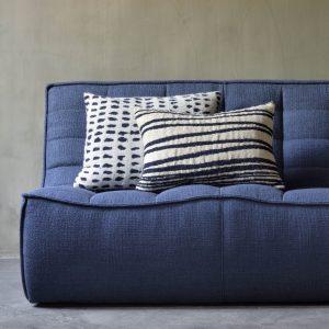 sedačka, gauč, sedenie, sedenie v obývačke, sedačka bez opierky, látková sedačka, modrá sedačka, nadčasová sedačka, pohodlná sedačka, komfortná sedačka, chesterfield sofa, moderná sedačka, nadčasová sedačka, dizajnová sedačka, prešívaná sedačka, dvojsedačka, modulárna sedačka