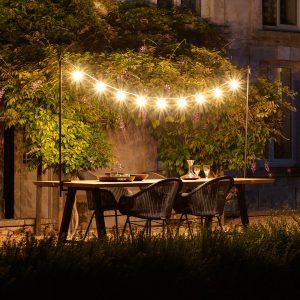 amandari svietidlo light my table outdoor vincent sheppard, svietidlo nad stôl, exteriérová svetelná reťaz, dizajnová svetelná reťaz, dizajnové svietidlá, svetelná reťaz outdoor, svetelná reťaz nad stôl indoor, dizajnové svietidlá na reťazi, záhradné svietidlo