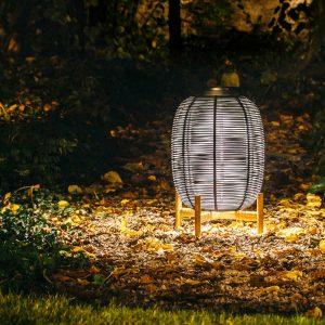 amandari svietidlo tika black teak outdoor, outdoorové svietidlo, svietidlo vincdent sheppard, exteriérove svietidlo, exteriérová lampa, teakové svietidlo, záhradná lampa, záhradné svietidlo, svietidlo na podstavci, LED modul, solárne svietidlo, svietidlo lampión, bezdrôtové svietidlo, dizajnové outdoorové svietidlo, tmavé svietidlo, čierne svietidlo na podstavci