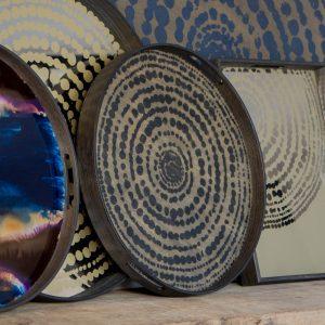 amandari tacka black beads ethnicraft, kávová tácka, dizajnové tácky, tácka, dekorácie, dekorácia, darček, tip na darček, unikátny darček, servírovanie, podnosy, štýlové servírovanie, tácka ako obraz, ručne vyrábané tácky, drevené tácky, okrúhle tácky, set tácok, nástenná dekorácia