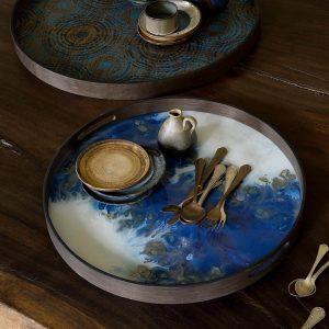 amandari tacka blue mist organic ethnicraft, tácka s uškami, kávová tácka, dizajnové tácky, tácka, dekorácie, dekorácia, darček, tip na darček, unikátny darček, servírovanie, podnosy, unikátny dar, tip na darček dekorácie bytu, štýlové servírovanie, tácka ako obraz, ručne vyrábané tácky, sklenené tácky, okrúhle tácky, set tácok, ručne vyrábané tácky, tácka na stenu, tip na darček, unikátny dar, dekorácia, modrá tácka, tácka k podnožiam