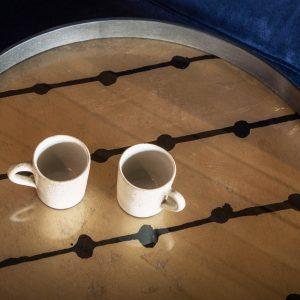 amandari tacka brown dots ethnicraft, tácka s uškami, kávová tácka, dizajnové tácky, tácka, dekorácie, dekorácia, darček, tip na darček, unikátny darček, servírovanie, podnosy, unikátny dar, tip na darček dekorácie bytu, štýlové servírovanie, tácka ako obraz, ručne vyrábané tácky, sklenené tácky, okrúhle tácky, set tácok, ručne vyrábané tácky, tácka na stenu, tip na darček, unikátny dar, dekorácia, zlatá tácka, tácka k podnožiam