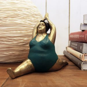 joga, jogínka, tučná jogínka, tip na vtipný darček, dekorácia, soška, socha, mosadz, ázijský, darček, tip na darček, socha do výklenku, unikátny, doplnok, socha ženy v plavkách, cvičiaca žena soška, moletná soška