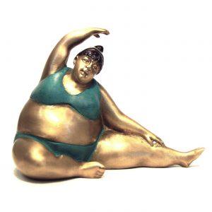 joga, jogínka, tučná jogínka, tip na vtipný darček, dekorácia, soška, socha, mosadz, ázijský, darček, tip na darček, socha do výklenku, unikátny, doplnok, socha ženy v plavkách, cvičiaca žena soška